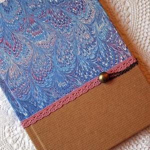 Kék-rózsaszín napló, Naptár, képeslap, album, Otthon & lakás, Jegyzetfüzet, napló, Esküvő, Ballagás, Ünnepi dekoráció, Dekoráció, Papírművészet, Kék márványos mintázatú és natúr díszpapírral borított napló, rózsaszín pamutcsipke rátéttel és gomb..., Meska