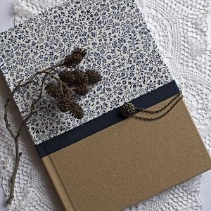 Kék virágos napló, Otthon & Lakás, Papír írószer, Jegyzetfüzet & Napló, Papírművészet, Decoupage, transzfer és szalvétatechnika, Olasz virágmintás és natúr díszpapírral borított napló, kék pamutszalag rátéttel és gombos záródássa..., Meska