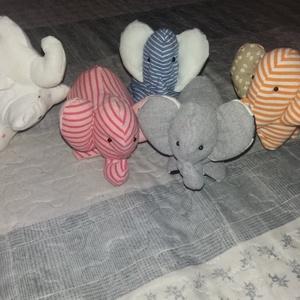 Kis elefánt, kicsiknek, babáknak, babajáték, textil elefánt, Gyerek & játék, Játék, Baba-és bábkészítés, Egyedi készítésű textil elefánt.\nPuha párnatöltettel töltve.\nMérete 13 cm hosszú, 11 cm magas...., Meska