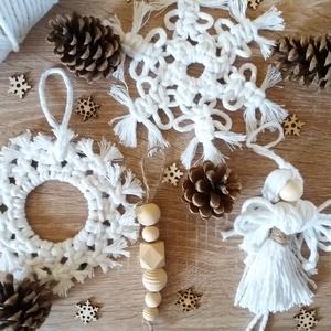 Makramé karácsonyfadísz szett, Karácsony & Mikulás, Karácsonyfadísz, Csomózás, Makramé technikával készült karácsonyfadísz szett. \nA szett tartalma: kétféle hópehely (az egyiknek ..., Meska
