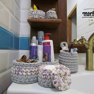 Horgolt fürdőszobai szett - Szürke Virágos, Fürdőszobai tároló, Fürdőszoba, Otthon & Lakás, Horgolás, Minőségi pólófonalból horgolt tároló szett. Elsődlegesen fürdőszobába terveztem, krémek, ékszerek, f..., Meska