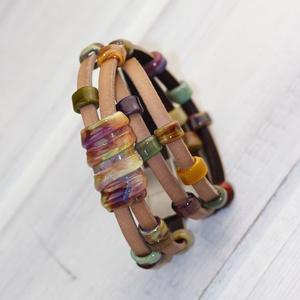 Natur barna többsoros bőr karkötő-egyedi üveggyöngyökkelkkel, Ékszer, Karkötő, Üvegművészet, Egyik népszerű termékem ez a többsoros bőr karkötő. Különlegessége, hogy a ráfűzött gyöngyök lapos f..., Meska
