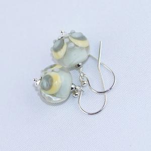 Szirmok -egyedi lámpagyöngy fülbevaló, Ékszer, Fülbevaló, A fülbevaló üveggyöngyeit pasztell világos szürke, elefántcsontszínű és citromsárga Moretti üvegrúdb..., Meska