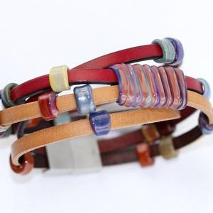 többsoros bőr karkötő-egyedi üveggyöngyökkelkkel, Ékszer, Karkötő, Üvegművészet, Egyik népszerű termékem ez a többsoros bőr karkötő. Különlegessége, hogy a ráfűzött gyöngyök lapos f..., Meska