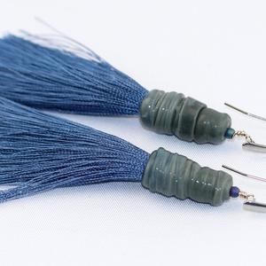 Szürkéskék egyedi üveggyöngy fülbevaló hosszú rojttal, Ékszer, Fülbevaló, Üvegművészet, Igen feltünő és szépséges fülbevaló hosszú rojtokkal.\n\nA fülbevaló lámpagyöngyét szürkés kék Moretti..., Meska