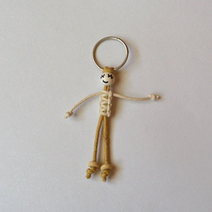 Vidám kulcstartó baba, Kulcstartó, Kulcstartó & Táskadísz, Táska & Tok, Csomózás, Viaszolt pamutzsinórból és fagyöngyből készítettem ezt a vidám, játékos kulcstartót, csomózott techn..., Meska