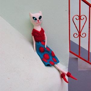 Nemezelt fehér macskalány, cicababa pöttyös szoknyában, merinó gyapjúból készült, Cica, Plüssállat & Játékfigura, Játék & Gyerek, Baba-és bábkészítés, Nemezelés, Nemezelt fehér macska-lány, türkiz-piros pöttyös szoknyában.\nArca kézzel hímzett, tekintete villogó...., Meska