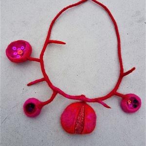Piros nemezelt nyaklánc, egyedi , flitterekkel díszített, Ékszer, Nyaklánc, Ékszerkészítés, Nemezelés, Különleges nemezelt nyaklánc, egyedi tervezés.\nFinom merinó gyapjúból készült, tiszta selyemmel és f..., Meska