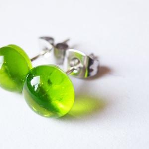 Áttetsző halványzöld üvegékszer pötyi  fülbevaló, Ékszer, Fülbevaló, Ékszerkészítés, Üvegművészet, Áttetsző halványzöld üvegékszer pötyi  fülbevaló. Mérete: kb. 0,6-0,7 cm.\n\nAz üvegékszerek speciális..., Meska