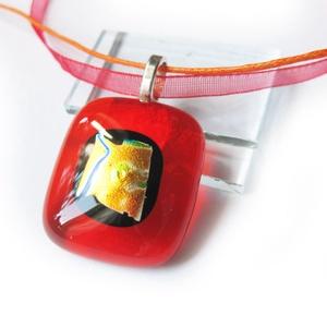 Piros arannyal üvegmedál, Ékszer, Medál, Nyaklánc, Ékszerkészítés, Üvegművészet, Egyszerű, mégis látványos áttetsző piros üvegékszer medál. Mérete:2,2 x 2,5 cm.\nKérés szerint bizsu ..., Meska