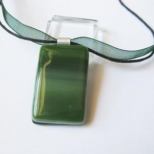 Méregzöld üvegékszer medál, Ékszer, Medál, Nyaklánc, Ékszerkészítés, Üvegművészet, Fusing tecnhikával készült egyedi medál. Fakó narancs-szürkés, kissé csillámos. Mérete: 3 x 3,3 cm.\n..., Meska