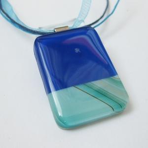 Irina üvegmedál, Ékszer, Medál, Nyaklánc, Ékszerkészítés, Üvegművészet, Üvegolvasztásos technikával készült medál. Üveg mérete: 2,7 x 4 cm.\n\nVálaszthatsz hozzá színben harm..., Meska
