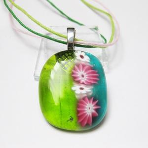 Zöld millefiori sor medál, Ékszer, Medál, Nyaklánc, Ékszerkészítés, Üvegművészet, Kedves millefiori virágok zöld alapon. Egyedi olvaszott üvegmedál. Üveg mérete. 2,6 x 3,2 cm.\n\nVálas..., Meska