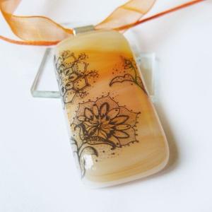 Narancs csipkés üvegmedál,ballagásra tanároknak, Ékszer, Medál, Nyaklánc, Ékszerkészítés, Üvegművészet, Különleges üvegmedál csipke motívummal. Halvány narancs üvegbe olvasztva. Üveg magassága: 4,4 cm. A ..., Meska