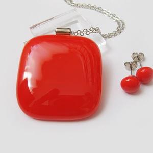 Piros ékszerszett 2, ajándék ballagásra tanároknak, Ékszer, Nyaklánc, Ékszerszett, Ékszerkészítés, Üvegművészet, Egyszerű, de szép világospiros ékszerszett. Medál pötyi fülivel. Üveg: 3,5 x 3,5 cm.\n\nSzép ajándék t..., Meska