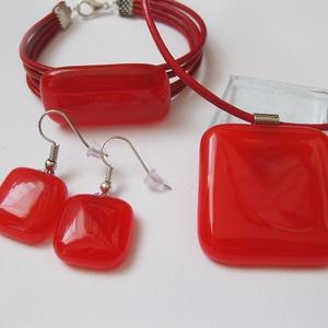 Piros ékszerszett, ajándék ballagásra tanároknak, Ékszer, Nyaklánc, Ékszerszett, Ékszerkészítés, Üvegművészet, Kicsit áttetsző világos piros árnyalatú medál, fülbevaló és karkötő. Méretek: medál: 3,1 x 3,2 cm, k..., Meska
