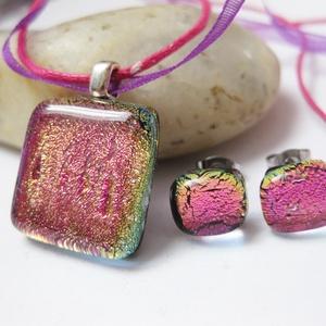 Rózsaszín dichroic üvegékszer szett 2, ballagásra pedagógusoknak, Ékszer, Ékszerszett, Ékszerkészítés, Üvegművészet, Csodaszép vibráló rózsaszín medál hozzá való pötyi fülivel. A szett oldalról nézve aranyos-zöldes. M..., Meska