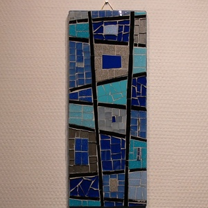 Kék absztrakt - üvegmozaik falidísz, Falra akasztható dekor, Dekoráció, Otthon & Lakás, Mozaik, Mindenmás, Üvegmozaik falidísz akasztóval\n\nMérete: kb. 12*30*2cm\n\nMéretre vágott, kékre pácolt fa alapra ragasz..., Meska