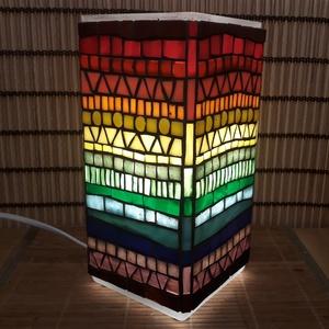 Üvegmozaik lámpa - szivárványos szögletes, Képzőművészet, Otthon & lakás, Lakberendezés, Lámpa, Asztali lámpa, Mozaik, Mindenmás, Üvegmozaik asztali lámpa\n\nNégyzethasáb alakú lámpatestre készült a motívum  kézzel vágott spektrum ü..., Meska