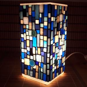 Üvegmozaik lámpa - kék-szürke szögletes, Otthon & lakás, Képzőművészet, Lakberendezés, Lámpa, Asztali lámpa, Mozaik, Mindenmás, Üvegmozaik asztali lámpa\n\nNégyzethasáb alakú lámpatestre készült a motívum  kézzel vágott spektrum ü..., Meska