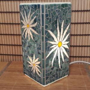 Üvegmozaik lámpa - virágos kék háttér - szögletes, Hangulatlámpa, Lámpa, Otthon & Lakás, Mozaik, Mindenmás, Üvegmozaik asztali lámpa\n\nNégyzethasáb alakú lámpatestre készült a motívum  kézzel vágott spektrum ü..., Meska