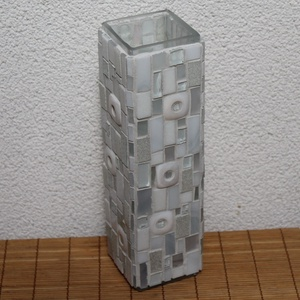 Üvegmozaik váza szögletes fehér, Váza, Dekoráció, Otthon & Lakás, Mozaik, Mindenmás, Négyzethasáb alakú üveg vázára készült a motívum  kézzel vágott spektrum üvegekből és üvegmozaik lap..., Meska