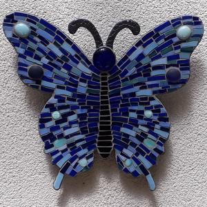 Kék pillangó - üvegmozaik falidísz, Otthon & lakás, Dekoráció, Lakberendezés, Dísz, Képzőművészet, Mozaik, Mindenmás, Üvegmozaik falidísz akasztóval\n\nMérete: kb. 27*24*2cm\n\nVágott, festett fa alapra ragasztottam fel a ..., Meska