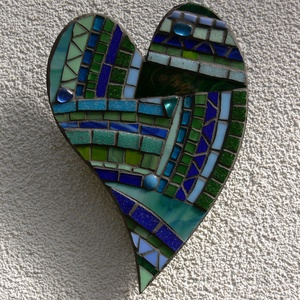 Kék-zöld szív - üvegmozaik falidísz, Falra akasztható dekor, Dekoráció, Otthon & Lakás, Mozaik, Mindenmás, Üvegmozaik falidísz akasztóval\n\nMérete: kb. 15*21*2cm\n\nSzív alakra vágott, festett fa alapra ragaszt..., Meska