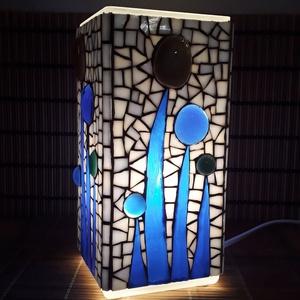 Üvegmozaik lámpa - kék virágos szögletes, Otthon & Lakás, Lámpa, Asztali lámpa, Mozaik, Mindenmás, Üvegmozaik asztali lámpa\n\nNégyzethasáb alakú lámpatestre készült a motívum  kézzel vágott spektrum ü..., Meska