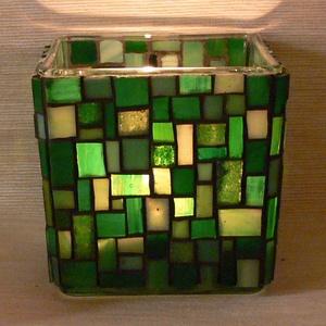 Üvegmozaik mécsestartó zöld, Otthon & Lakás, Dekoráció, Gyertya & Gyertyatartó, Mozaik, Mindenmás, Négyzethasáb alakú üveg alapra készült a motívum  kézzel vágott spektrum üvegekből és üvegmozaik lap..., Meska