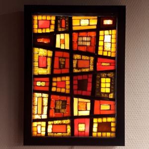 Piros-sárga-barna absztrakt - üvegmozaik falikép világítással, Otthon & Lakás, Dekoráció, Kép & Falikép, Mozaik, Üvegművészet, Világító üvegmozaik falikép\n\nmérete:23x32cm\n\nÜveglapra ragasztottam a motívumot üvegmozaik technikáv..., Meska