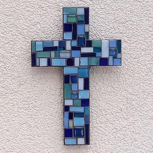 Kereszt - kék - üvegmozaik falidísz, Otthon & Lakás, Dekoráció, Falra akasztható dekor, Mozaik, Mindenmás, Üvegmozaik falidísz akasztóval\n\nMérete: kb. 12*18*2cm\n\nLefestett fa alapra ragasztottam fel a motívu..., Meska