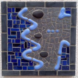 Kék absztrakt - üvegmozaik falikép, Otthon & Lakás, Dekoráció, Falra akasztható dekor, Mozaik, Mindenmás, Üvegmozaik falikép akasztóval\n\nMérete: kb. 20*20\n\nFestett fa alapra ragasztottam fel a motívumot üve..., Meska