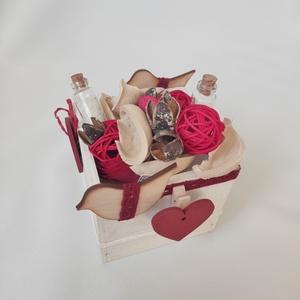 Doboz szívekkel, Otthon & Lakás, Dekoráció, Asztaldísz, Mindenmás, Fotó és üzenet tartó dobozka. Kézzel készített egyedi dísz. Üzenj szeretteidnek, szerelmednek: képpe..., Meska