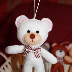 Mackó (kismaci filcből kockás masnival, akasztóval), Játék & Gyerek, Plüssállat & Játékfigura, Maci, Varrás, Ezt az aranyos kismackót fehér színű filcből készítettem el, az akasztó segítségével bárhová díszkét..., Meska