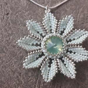 Peyote virág medál, Ékszer, Medál, Gyöngyfűzés, gyöngyhímzés, Menta és ezüst színű, delicából készült peyote virág medál. A medál közepét egy üveg rivoli díszíti...., Meska