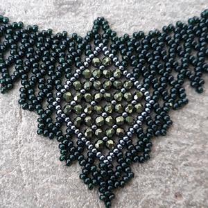 Zöld színű nyakék, Gyöngyös nyaklác, Nyaklánc, Ékszer, Gyöngyfűzés, gyöngyhímzés, Zöld színű kásagyöngyből fűzött nyaklánc középen 3 mm-es csiszolt gyöngyökből fűzött díszítéssel. \nH..., Meska