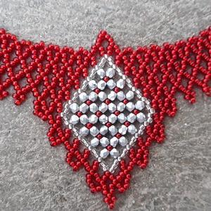 Piros színű nyakék, Gyöngyös nyaklác, Nyaklánc, Ékszer, Gyöngyfűzés, gyöngyhímzés, Ezüstközepű piros színű, középen 3 mm-es csiszolt gyöngyökből fűzött díszítéssel. \n\nHossza: 40 cm + ..., Meska