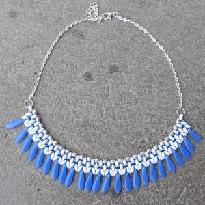 Kék-fehér-ezüst dárdás nyaklánc, Gyöngyös nyaklác, Nyaklánc, Ékszer, Gyöngyfűzés, gyöngyhímzés, Cseh gyöngyökből készült kék-fehér-ezüst színű nyaklánc. Cseh csiszolt gyöngyöt, superduot, o-gyöngy..., Meska