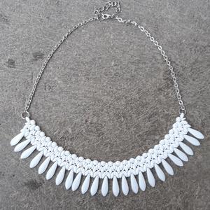 Fehér dárdás nyaklánc, Gyöngyös nyaklác, Nyaklánc, Ékszer, Gyöngyfűzés, gyöngyhímzés, Cseh gyöngyökből készült fehér nyaklánc. Cseh csiszolt gyöngyöt, superduot, o-gyöngyöt, illetve dárd..., Meska