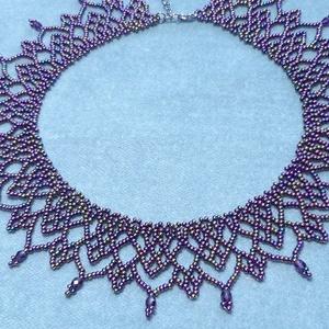 Irizáló lila \'csipke\' gyöngygallér, Nyakpánt, gallér, Nyaklánc, Ékszer, Ékszerkészítés, Gyöngyfűzés, gyöngyhímzés, Irizáló lila cseh kásagyöngyből és csiszolt gyöngyből készült gyöngygallér.\nHossza: 37 cm + 4 cm lán..., Meska