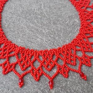 Piros  \'csipke\' gyöngygallér (kis méret), Nyakpánt, gallér, Nyaklánc, Ékszer, Ékszerkészítés, Gyöngyfűzés, gyöngyhímzés, Piros cseh kásagyöngyből és csiszolt gyöngyből készült gyöngygallér.\nHossza: 31 cm + 4 cm lánchossza..., Meska