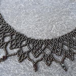 Irizáló barna \'csipke\' gyöngygallér, Nyakpánt, gallér, Nyaklánc, Ékszer, Ékszerkészítés, Gyöngyfűzés, gyöngyhímzés, Irizáló barna cseh kásagyöngyből és csiszolt gyöngyből készült gyöngygallér.\nHossza: 40 cm + 5 cm lá..., Meska