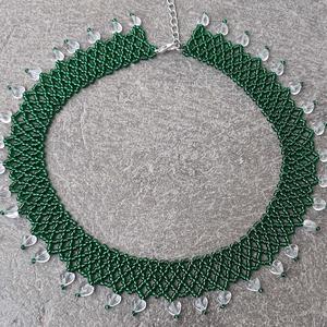 Ezüstközepű zöld tászli áttetsző szívecskékkel, Nyakpánt, gallér, Nyaklánc, Ékszer, Gyöngyfűzés, gyöngyhímzés, Ezüstközepű zöld tászli áttetsző szívecskékkel.\n\nA lánc hossza: 38 cm + 5 cm lánchosszabbító \nSzéles..., Meska