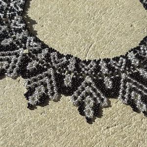 Ukrán, szívecskés gyöngygallér - ezüstközepű és fekete, Ékszer, Nyaklánc, Nyakpánt, gallér, Gyöngyfűzés, gyöngyhímzés, Cseh kásagyöngyből készült gyöngygallér, feketeszínben átlátszó ezüstközepű gyöngy  mintával\n\nHossza..., Meska