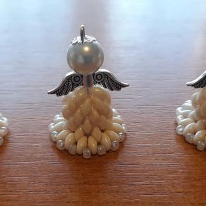 Karácsonyi angyalkák bézs, Karácsony & Mikulás, Karácsonyfadísz, Gyöngyfűzés, gyöngyhímzés, 3 db kézzel készített karácsonyi angyalka. Cseh gyöngyökből készültek. Ajándékként vagy ajándékkísér..., Meska