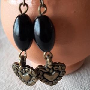Fekete gyöngyös  fülbevaló, Ékszer, Fülbevaló, Lógó fülbevaló, Fekete kb. 13 milis ovális üveggyöngyből készült fülbevaló bronz szivecskével és fülbevaló alappal. ..., Meska