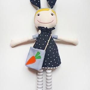 Nyuszilány - textilbaba, baba, fekete pöttyös, Nyuszi, Plüssállat & Játékfigura, Játék & Gyerek, Baba-és bábkészítés, Varrás, 30 cm magas textilbaba levehető ruhával és táskával. \nA táskán lévő répa minta textilapplikáció, mag..., Meska