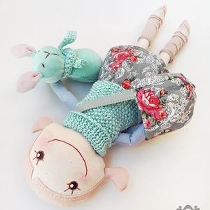 Rózsaszín-menta textilbaba, nyuszis vidámság, Gyerek & játék, Gyerekszoba, Játék, Baba, babaház, Baba-és bábkészítés, Varrás, Egyedi tervezésű, 30 cm magas, textilből készült, vidám kis baba.\nArca hímzett és akrilfestékkel fes..., Meska