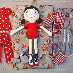 Piroska kockás kabátban-baba, textilbaba, Gyerek & játék, Gyerekszoba, Tárolóeszköz - gyerekszobába, Játék, Baba, babaház, Baba-és bábkészítés, Varrás, A klasszikus mese pöttöm hőse textilből varrva sok kiegészítővel, hogy izgalmas és megunhatatlan leg..., Meska